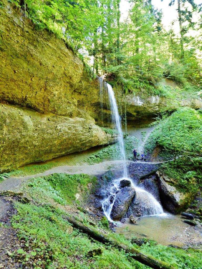 Wanderung unter dem Wasserfall