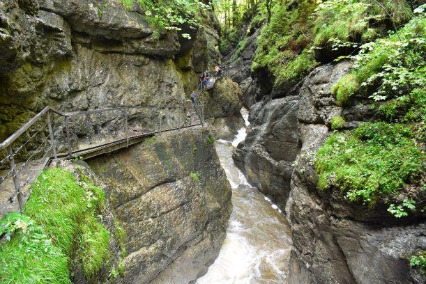 Starzachklamm - Wild rauscht das Wasser unter dem Steg.