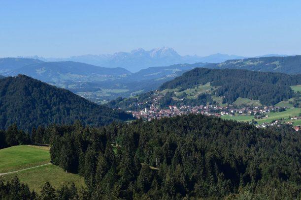 Blick nach Oberstaufen, im Hintergrund erhebt sich der wuchtige Säntis