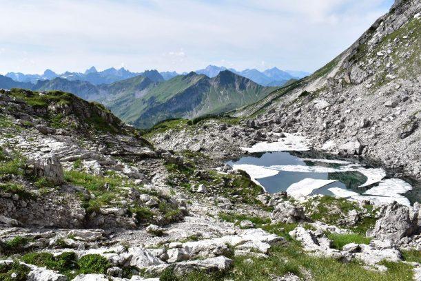 Weg östlich des Nebelhorns - Auf einem kleinen See liegen noch immer Eisreste