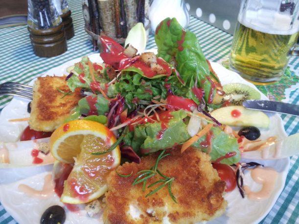 Salat mit gebackenem Schafskäse und Rosmarin-Honig-Sauce