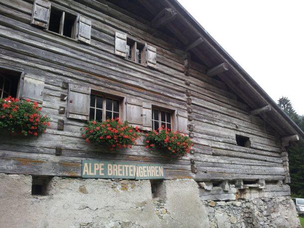 Denkmalgeschützte Alpe, das Gebäude ist einzigartig im Allgäu, wie die Walser Sennhüten: in der Mitte die Stube, links und rechts der Stall.