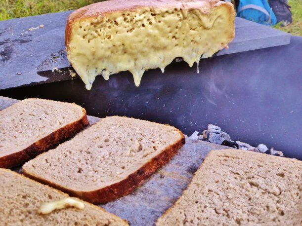 Raclette über offenem Feuer