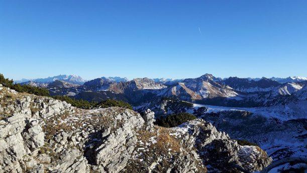 Im Hintergrund links die Zugspitze