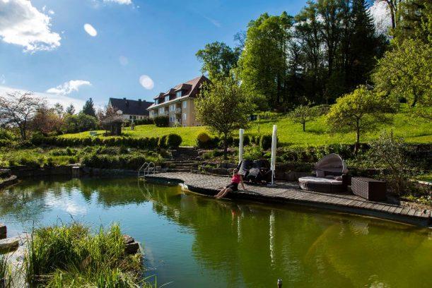 Naturpool des Gästehaus Schloss Kronburg an der Radrunde Allgäu