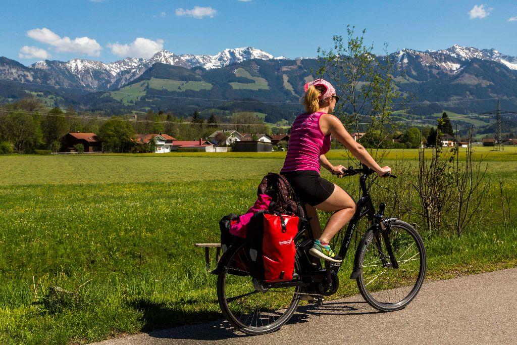 Im Vollgas nach Bolsterlang entlang der schönen Berge auf der Radrunde Allgäu.