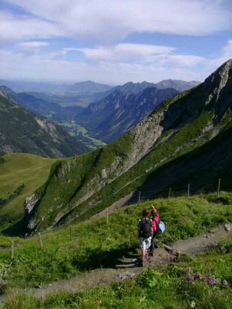 Herrlicher Blick über die Almen und Berge der Alpen
