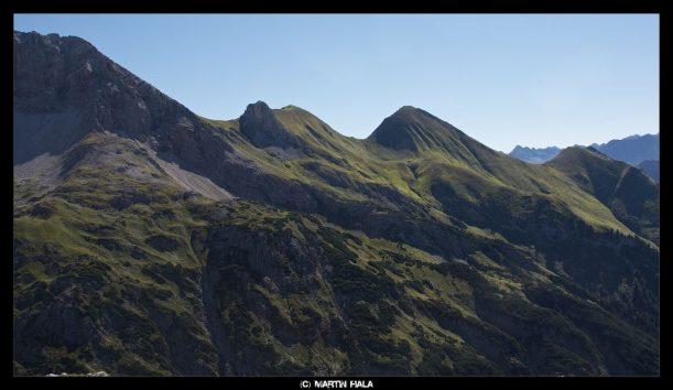 Grün gefärbte Berglandschaft der Allgäuer Alpen