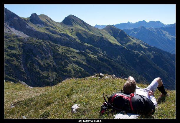 Pause am Himmelecksattel mit Blick auf die Allgäuer Alpen