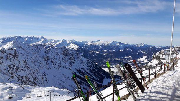Blick vom Nebelhorn Gipfelrestaurant hinab ins Tal