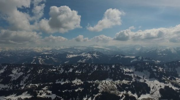 Aussicht nach Süden auf die verschneiten Nordhänge der Gipfel