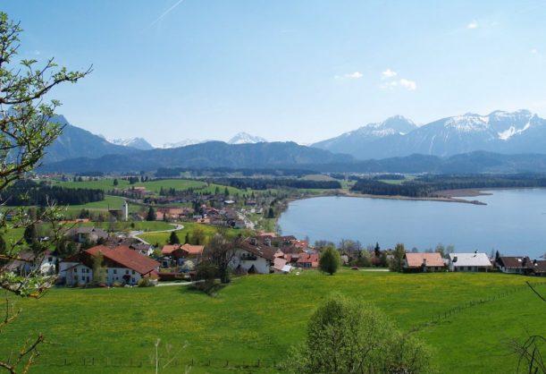 Blick auf das Bio- und Wellnesshotel Eggensberger in Hopfen am See bei Füssen