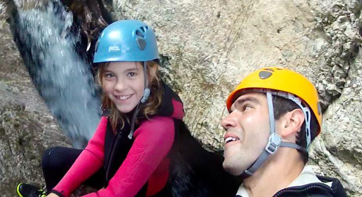 Mädchen und Guide beim Canyoning Abseilen