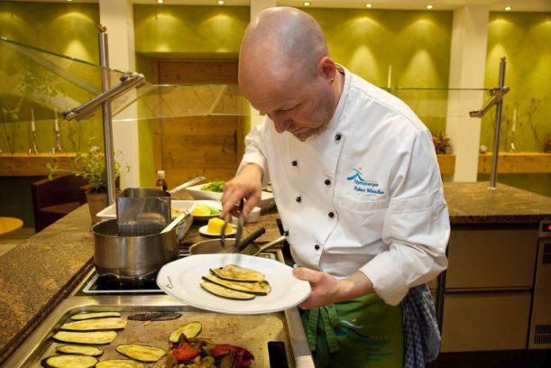 Chefkoch Hubert Maucher bereitet die Logi Gerichte im Biohotel Eggensberger frisch zu