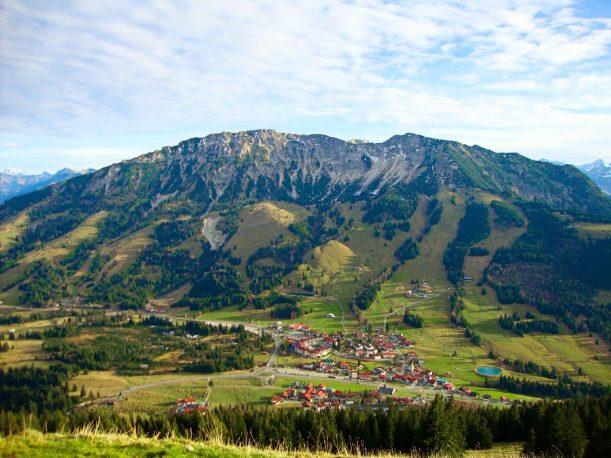 Ausblick vom Ornach auf Oberjoch mit dem Iseler und der Iselerbahn
