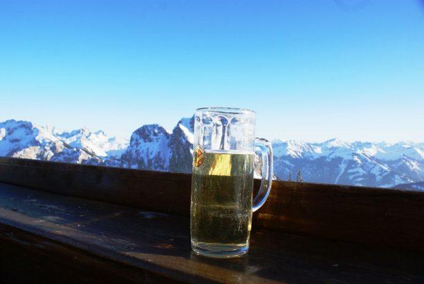 Radler trinken in den Allgäuer Alpen nach dem Aufstieg