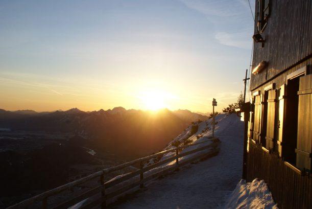 Abfahrt auf der Rodelbahn bei Sonnenaufgang in den Allgäuer Alpen