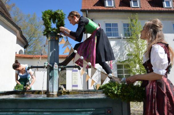 Der Osterbrunnen im Glasmacherdorf wird geschmückt.