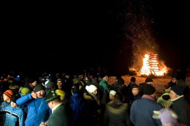 Am Funkenfeuer triff sich das ganze Dorf - es wird viel geredet und die neusten Geschichten erzählt