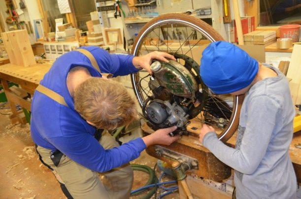 Erich und Linus beim Zusammensetzen des Motors