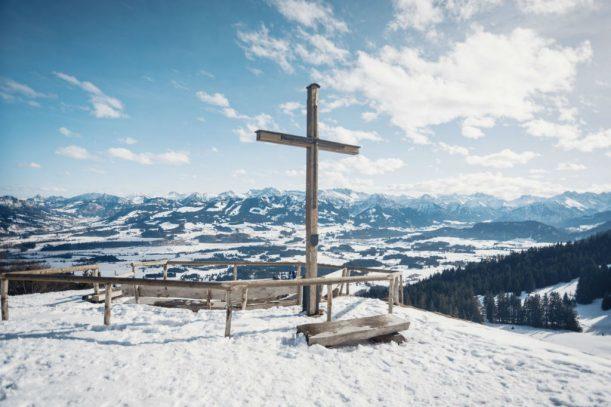 Gipfelkreuz des Ofterschwanger Horns im Winter