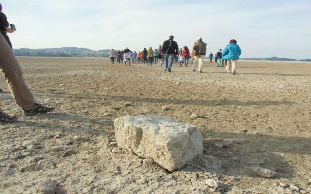 Grundstein eines alten Stadels mitten im ausgelassenen See