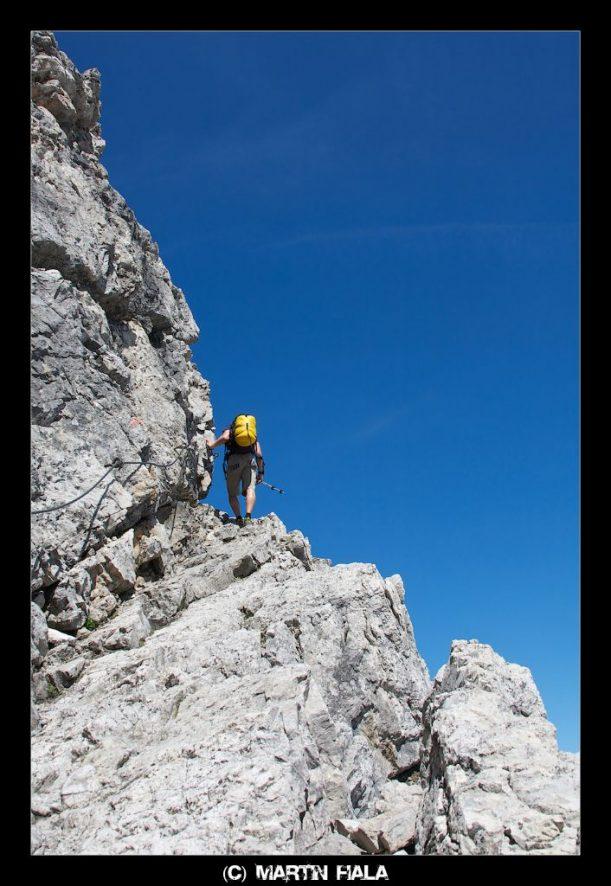 Schmale Pfade führen an Felsen der Allgäuer Alpen vorbei