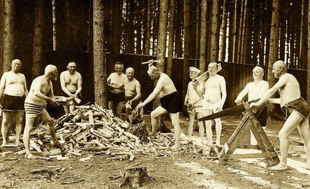 Historisches Holzhacken
