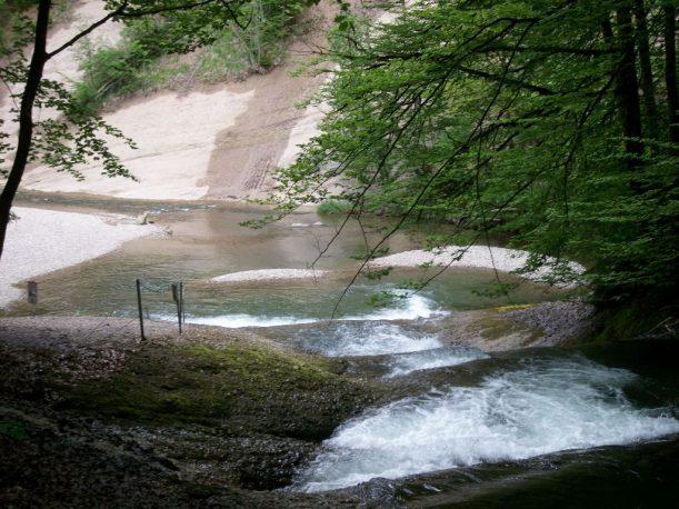 Eine faszinierende Welt aus Wasser, Felsen, Brücken, Stegen und naturnahen Pfaden.