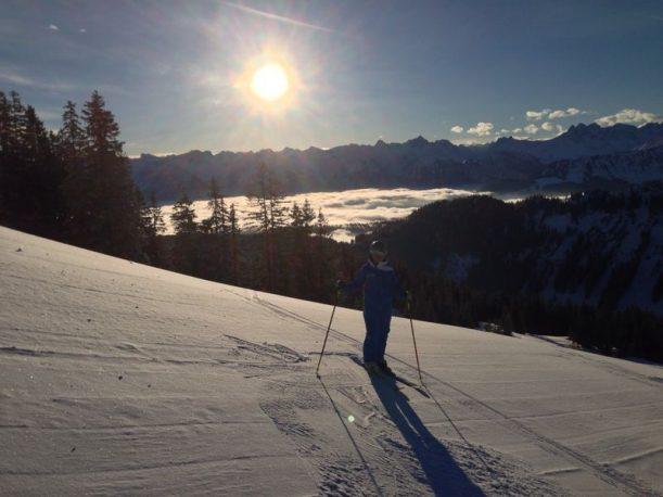 Skifahren bei herrlichem Sonnenschein in den Allgäuer Alpen