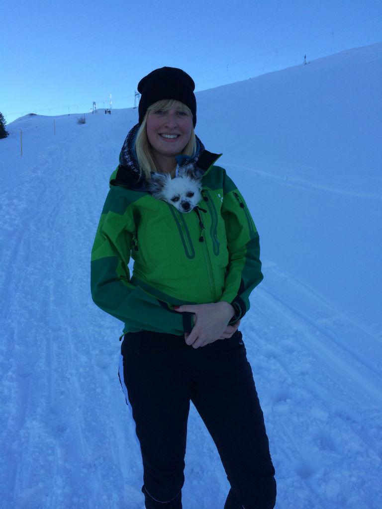 Aline mit Tila im Winter an den Allgäuer Alpen