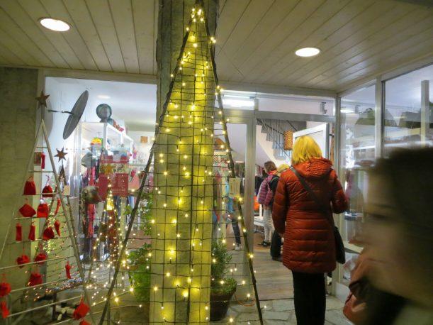 Oben die Sterne, unten die Lichter: Einkaufen nach Ladenschluss. (Foto: Christoph Thoma)