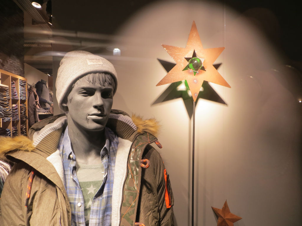 Sternenbummler - mit Leuchtstab im Schaufenster. (Foto: Christoph Thoma)