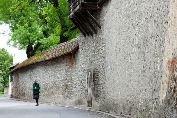 Begegnung an der Stadtmauer von Isny im Allgäu
