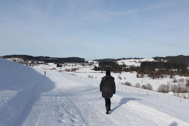 Wandervergnügen auf schneebedeckten Wegen