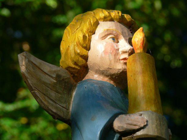 Die Kerze in der Hand: der geschnitzte Kindle-Engel. (Foto: Stadt Marktoberdorf)