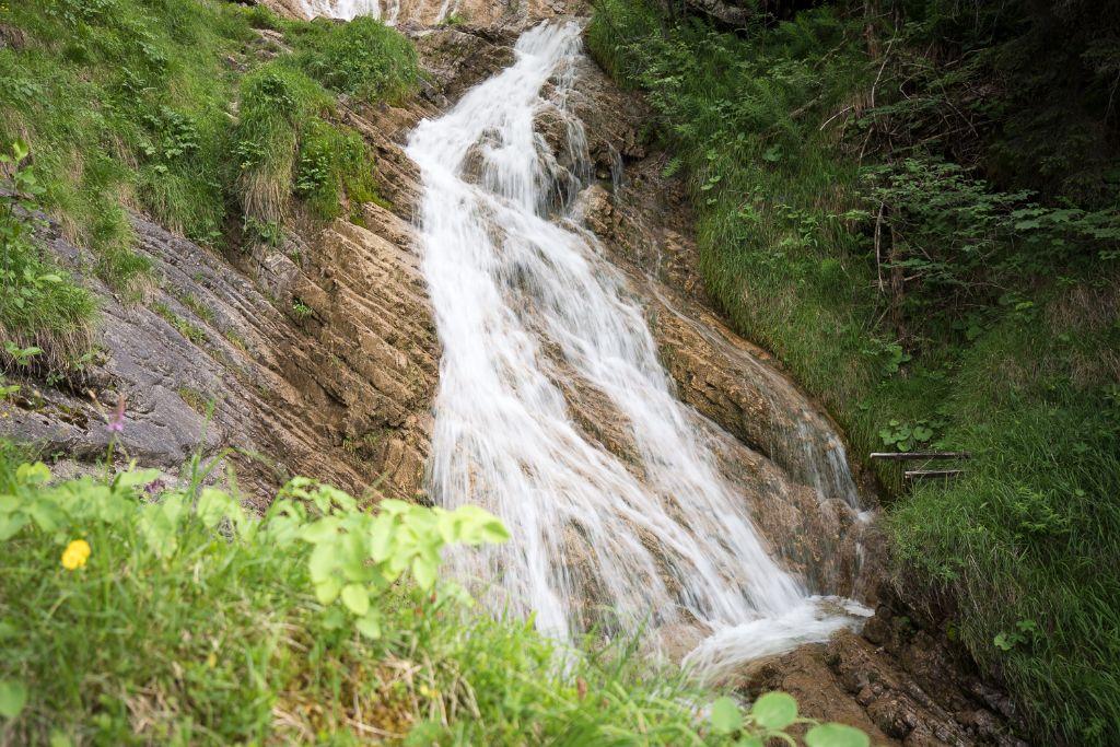 Der Wasserfall Zipfelsbach am Bärenweg nach Hinterstein