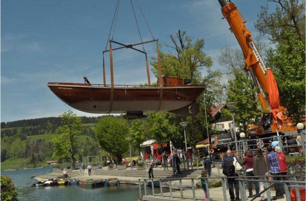 Einsetzen des Schiffs nach der Winterpause in den Großen Alpsee im Allgäu bei Immenstadt