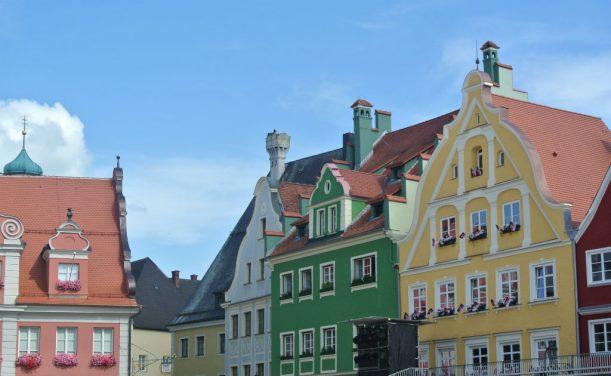 Kamin vom Gasthaus Storchenbräu - mit zwei Jungstörchen im Nest - keine Kulisse!
