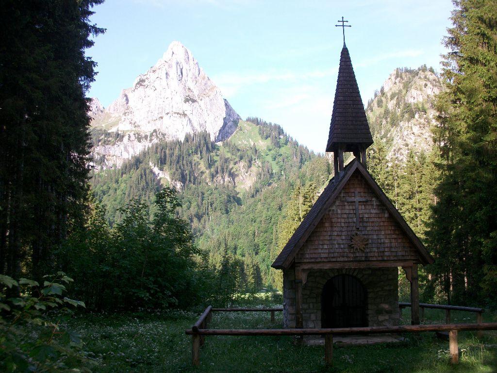 Kapelle mit Bergen im Hintergrund