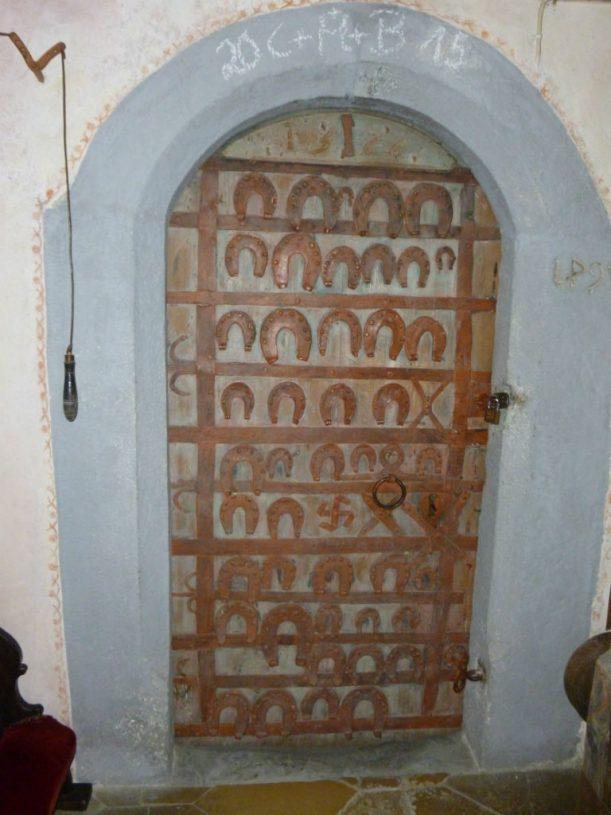 Türe zur Sakristei der Kapelle Genhofen; bevor die Pferdehändler über die Alpen zogen, suchten sie Schutz und Segen.