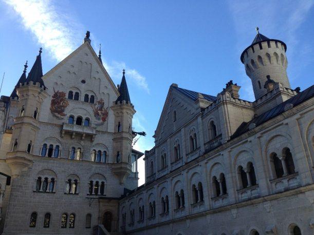 Im Innenhof von Landschaft rund um das Schloss Neuschwanstein Im Allgäu
