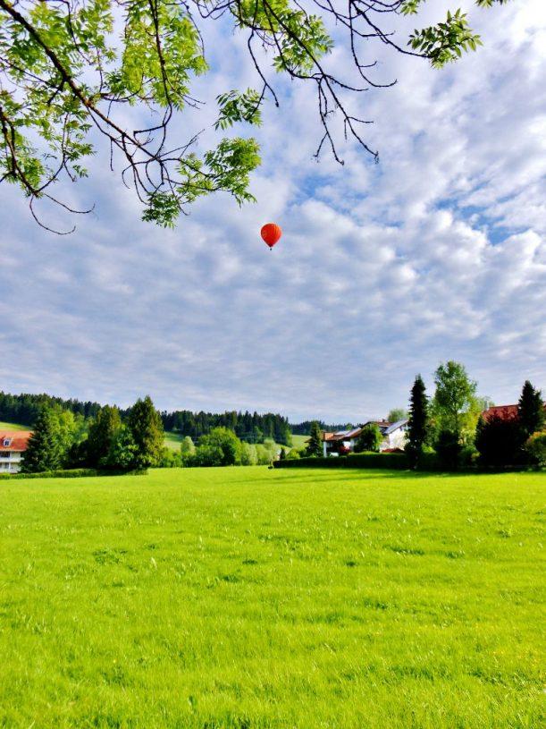 Heißluftballon über Weiler
