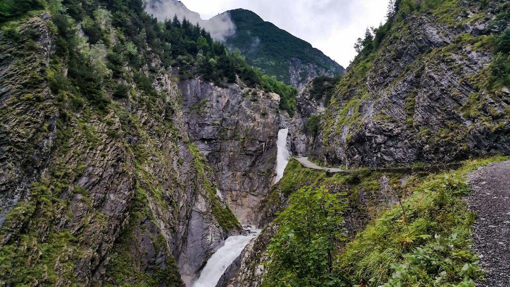 Wasserfall und Weg