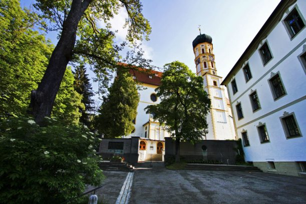 Marktoberdorf - das Etappenziel: am Ende der Lindenallee das Schloss, die Kirche und die Treppe in die Stadt. (Foto: Sabrina Schindzielorz)