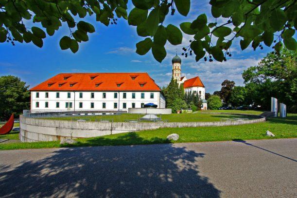 Die Pfarrkirche St. Martin und das Kurfürstliche Schloss - heute Musikakademie. (Foto: Sabrina Schindzielorz)