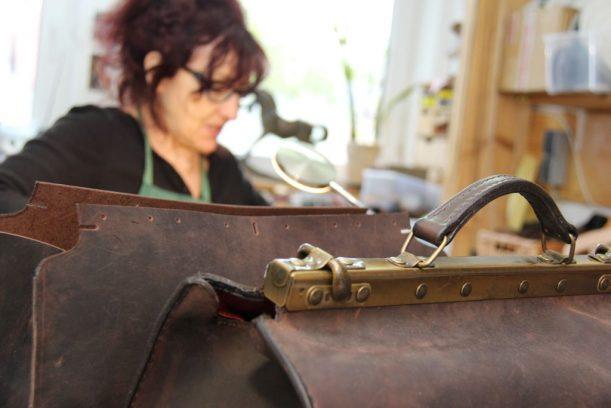 Handgemacht: eine Arzttasche entsteht