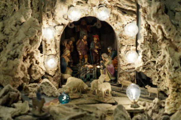 Hell erleuchtet: Maria, Josef und das Kind in der Krippe