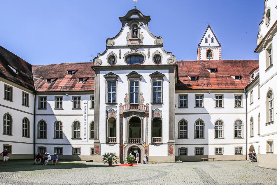 """Museum der Stadt Füssen, Kunstwerk """"der Totentanz""""."""