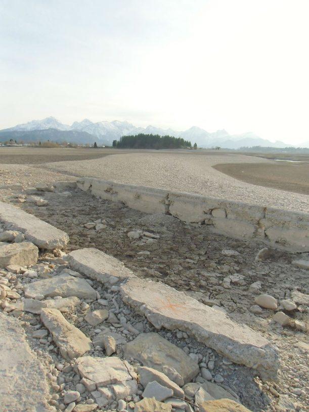 Überreste einer Güllegrube - dank 60 Jahre Forggensee schon wieder sauber